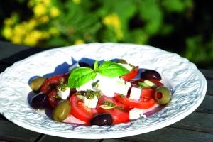 Tomatsalat med tzatzki og oliven