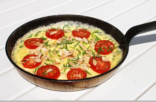 Sommerlig-æggekage-med-purløg,-tomat-og-mandler