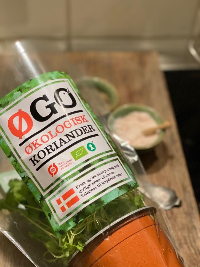 Koriander er en let parfumeret krydderurt, som jeg personligt synes smager godt. Frisk koriander bliver flittigt brugt i thailandske, vietnamesiske, mexicanske og indiske retter. Ofte  serveres supper med koriander on TOP.