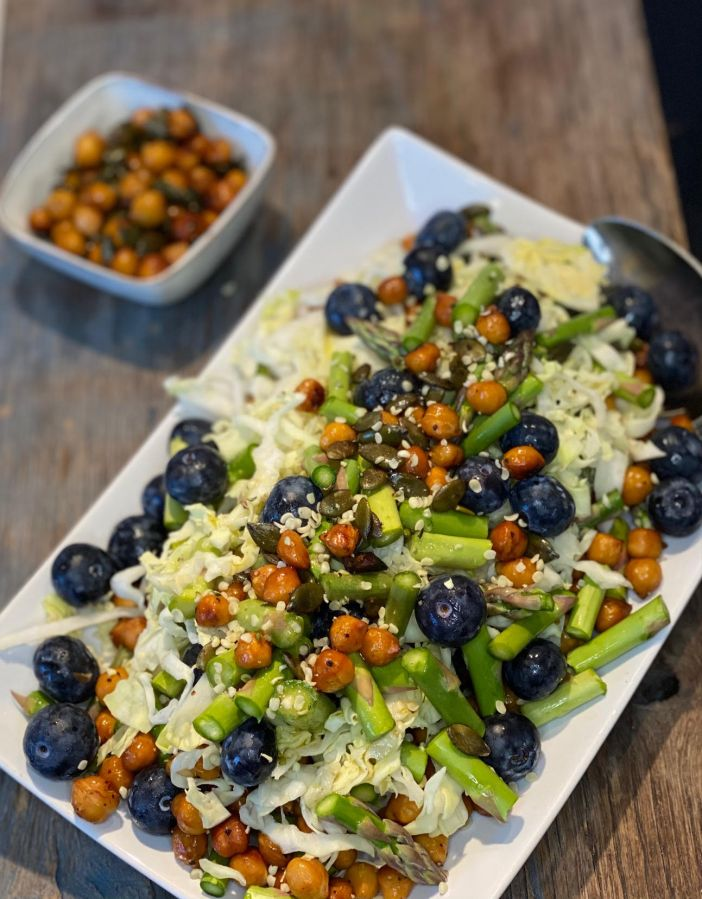 Spidskålssalat med asparges, blåbær og marinerede kikærter af Lise Brinkman - Salaten er velegnet til madpakken, til aftenmaden eller som tilbehør til en god gang Tapas.  Bon appetit og god energi herfra!